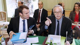 Le ministre de l'Economie, Emmanuel Macron (G), et le ministre du Travail, François Rebsamen, le 3 avril 2015, au ministère du Travail, à Paris. (PATRICK KOVARIK / AFP)