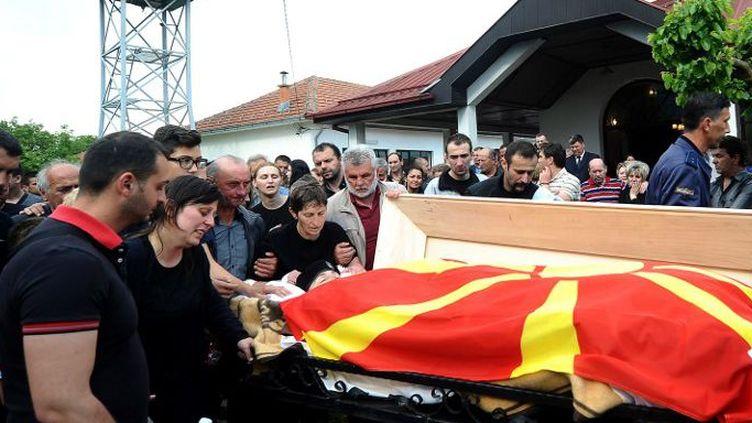 Obsèques d'un policier tué lors des événements de Kumanovo en Macédoine. Le cercueil est recouvert du drapeau macédonien.10 mai 2015. (ROBERT ATANASOVSKI / AFP)
