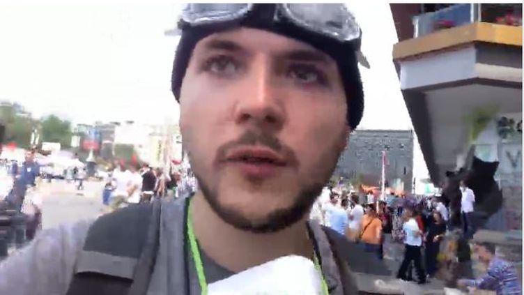 Le journaliste américain Tim Pool se filme dans les rues d'Istanbul (Turquie), mardi 11 juin 2013. (NEWS.LIVESTREAM.COM / TIMCAST )