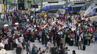 La SNCF attend plus d'un million de voyageurs dans ses gares pour le premier weekend de départs en vacances d'été. (JACQUES DEMARTHON / AFP)