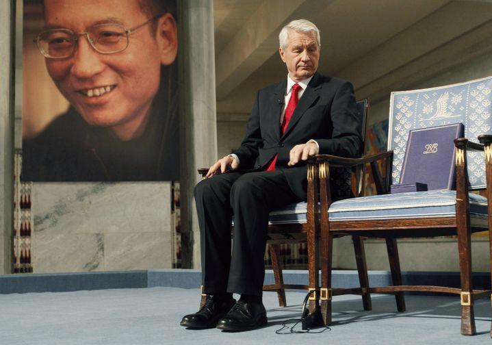 Le président du comité Nobel, Thorbjørn Jagland, à côté de la chaise vide du dissident chinois Liu Xiaobo, lors de la cérémonie de remise du prix Nobel 2010, le 10 décembre 2010 à Oslo (Norvège). Emprisonné en Chine, LiuXiaobo n'était pas présent. (REUTERS)