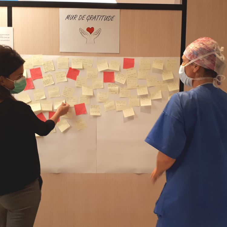 """Un """"mur de gratitude"""" a été installé à l'hôpital privé Drôme-Ardèche, après la première vague de Covid-19, pour que les soignants, les patients et les visiteurs puissent exprimer leur reconnaissance. (HOPITAL PRIVE DROME ARDECHE)"""