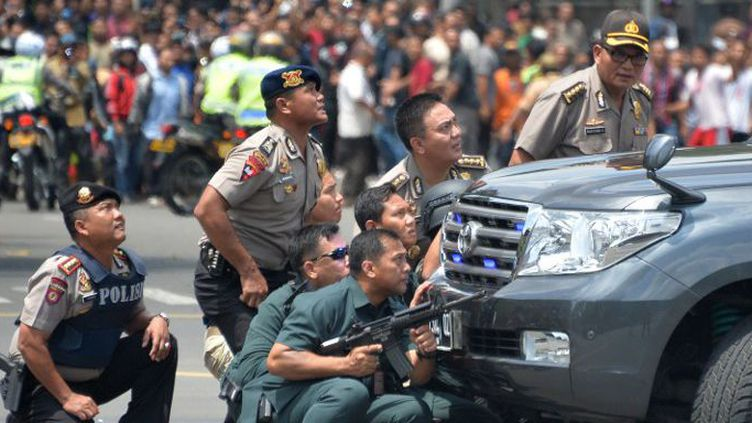 La police indonésienne en action, lors de l'attentat du 14 janvier 2015 à Jakarta. (BAY ISMOYO / AFP)