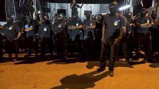 Des hommes masqués manifestent contre la situation économique et sociale de Guyane, à Cayenne, samedi 25 mars 2017. (JODY AMIET / AFP)