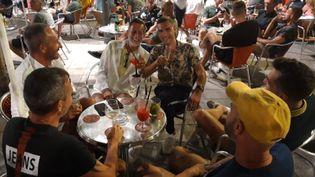 Un groupe de Français est venu à Sitges pour faire la fête pendant les vacances, le 14 juillet 2021. (SANDRINE ETOA-ANDEGUE / RADIO FRANCE)