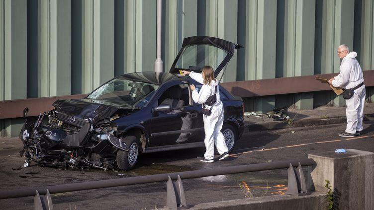 La police scientifique examine la carcasse d'une voiture, le 19 août 2020, après une série d'accidents provoqués délibérément la veille par un homme sur une autoroute périphérique de Berlin (Allemagne). (ODD ANDERSEN / AFP)