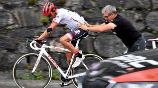 Alberto Contador se fait aider après un problème mécanique sur le Tour de France, le 19 juillet 2017. (DAVID STOCKMAN / BELGA MAG)
