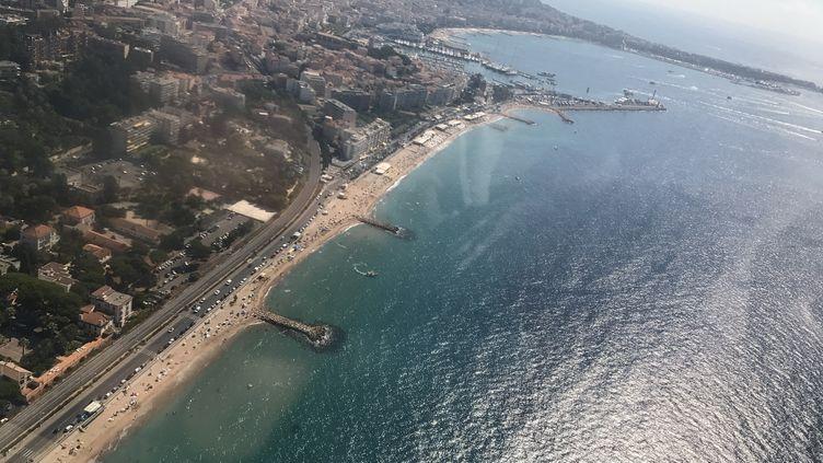 Vue aérienne des plages de la Côte d'Azur, ici à Mandelieu près de Cannes (photo d'illustration). (VIOLAINE ILL / RADIO FRANCE)