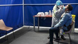 Une personne se fait tester contre le Covid-19 à Dunkerque (Nord), le 23 octobre 2020. (DENIS CHARLET / AFP)