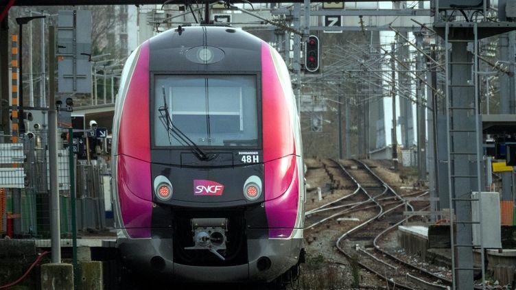 Un train en gare de Pontoise (Oise), le 17 décembre 2019. (MAXPPP)
