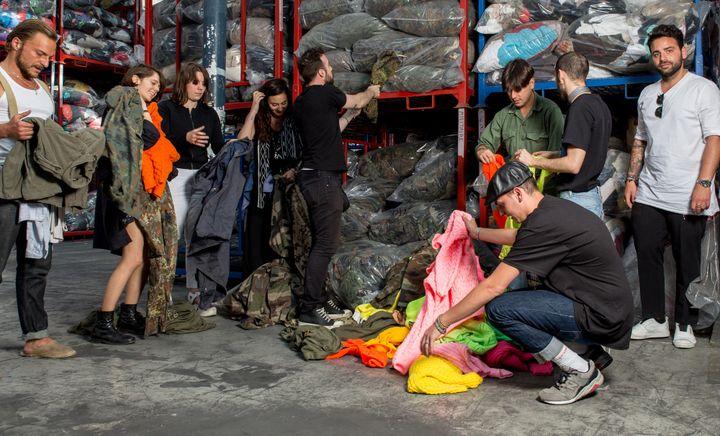 Les 7 créateurs en plein tri pour l'upcycling  (Adrien Dubuisson)