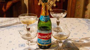 Une bouteille de Champomy parmi des flûtes à champagne, le 25 décembre 2019 à Espagnette (Nord). (AMAURY CORNU / HANS LUCAS / AFP)