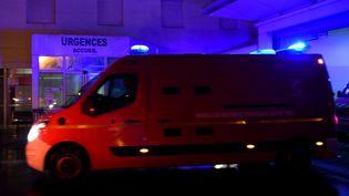 Une ambulance arrive à l'hôpital Trousseau, à Tours (Indre-et-Loire), le 12 janvier 2017. (GUILLAUME SOUVANT / AFP)