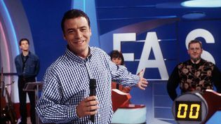 """L'animateur Pascal Brunner sur le tournage de l'émission """"Fa si la chanter"""", le 1er avril 1997, à Paris. (JEANNEAU/SIPA)"""