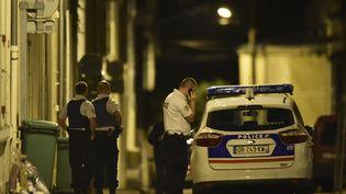 Des policiers sécurisent la zone près du domicile de l'ancien juge Jean-Michel Lambert, retrouvé mort à son domicile mardi 11 juillet 2017 en périphérie du Mans (Sarthe). (JEAN-FRANCOIS MONIER / AFP)