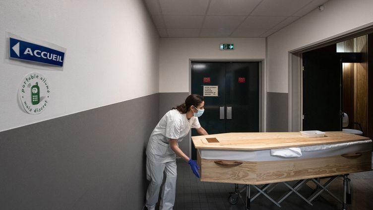 Un cercueil à l'hôpital Bichat, à Paris, le 29 janvier 2021. (JOEL SAGET / AFP)