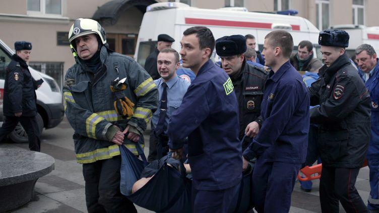 Des policiers et secouristes interviennent devant une station de métro de Saint-Pétersbourg, en Russie, après une explosion survenue dans une rame, lundi 3 avril 2017. (ALEXANDER BULEKOV / AFP)