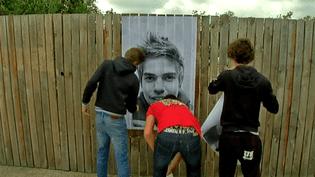 Le jour J, les collégiens collent avec entrain leurs portraits à Nantes  (France 3 / Culturebox)