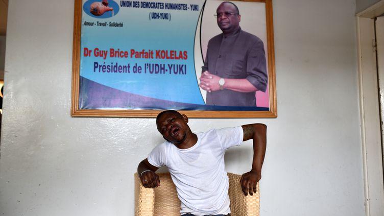 Un homme pleure après le décès du candidat de l'opposition à la présidence de la République du Congo, Guy Brice Parfait Kolélas, des suites du Covid-19, dans les bureaux de son parti, l'Union des démocrates humanistes(UDH-Yuki) à Brazzaville, au Congo, le 22 mars 2021. (OLIVIA ACLAND / REUTERS)