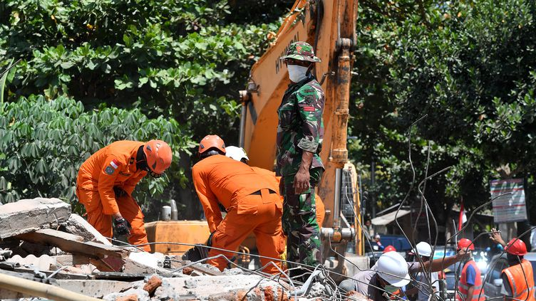 Les secours recherchent des victimes du séisme qui a frappé l'îlede Lombok, en Indonésie, le 9 août 2018. (ADEK BERRY / AFP)