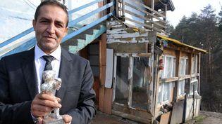 Nazif Mujic et son Ours d'argent devant sa maison de Bosnie  (ELVIS BARUKCIC / AFP)