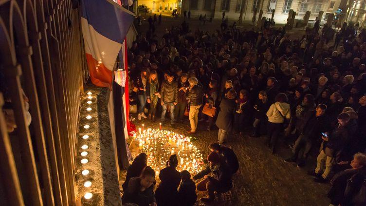 Un rassemblement citoyen en hommage aux victimes des attentats de Paris à Avignon, dimanche 15 noevmbre 2015. (MAXPPP)