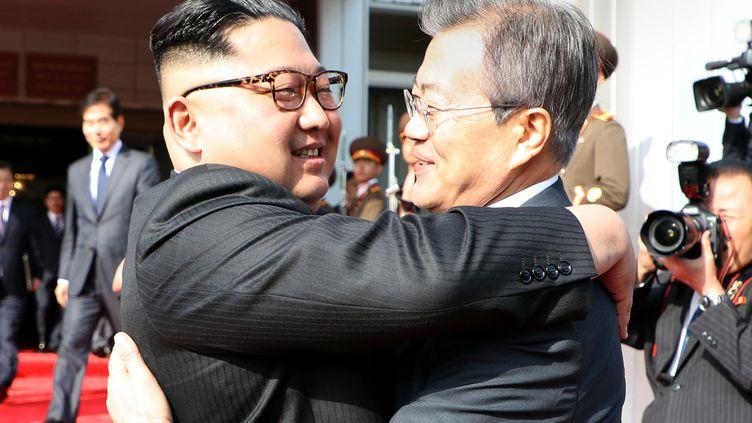 Le dirigeant nord-coréen Kim Jong-un (à gauche) et le président sud-coréenMoon Jae-in, le 26 mai 2018,dans la zone démilitarisée qui sépare les deux Corées. (DONG-A ILBO / AFP)