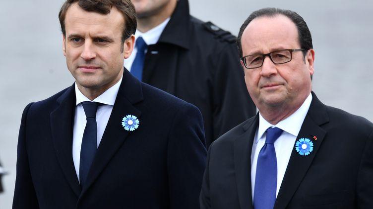 François Hollande (à droite) et Emmanuel Macron (à gauche), assistent à la commémoration de la victoire des Alliés sur l'Allemagne naziede 1945, devant l'Arc de Triomphe à Paris, le 8 mai 2017. (MUSTAFA YALCIN / ANADOLU AGENCY)