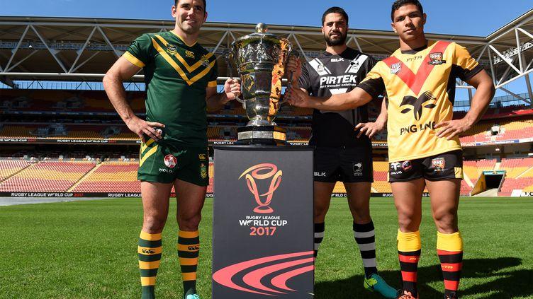 Le capitaine australien Cameron Smith (gauche), le Neo-Zélandais Jesse Bromwich (centre) et le Papouasien David Mead posent avec le trophée le 19 juillet 2016. (SCOTT DAVIS / RUGBY LEAGUE WORLD CUP 2017)