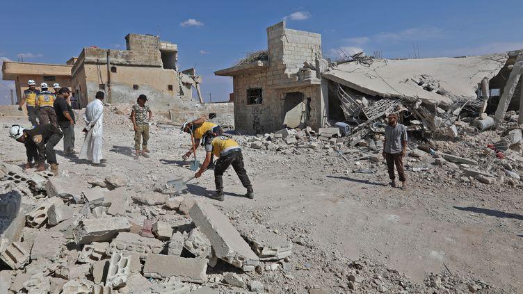 Des sauveteurs déblaient des ruines après un bombardement du régime à Al Habit, dans le sud de la province d'Idleb, en Syrie, le 10 septembre 2018. (OMAR HAJ KADOUR / AFP)