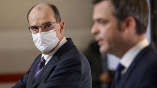 Le Premier ministre Jean Castex se tourne vers le ministre de la Santé Olivier Veran lors d'une conférence de presse à Paris, le 7 janvier 2021. (LUDOVIC MARIN / AFP)