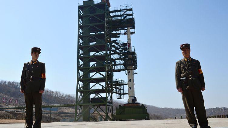 Des soldats nord-coréens devant une fusée Unha-3, au centre spatial de Tangachai (Corée du Nord), le 8 avril 2012. (PEDRO UGARTE / AFP)