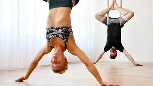 La maîtrise du hamac en tissu est nécessaire pour réussir les positions de Fly yoga. (FRANK MAY / PICTURE ALLIANCE)