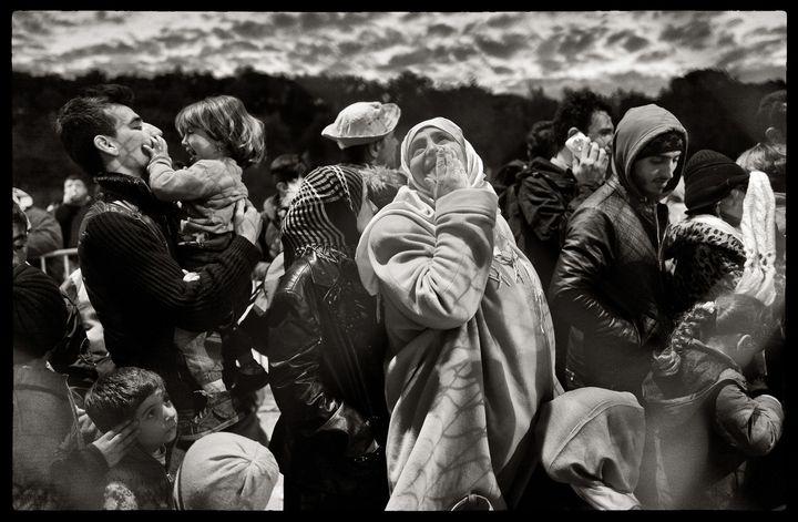 """Photo deMarie Dorigny. """"Displaced - Femmes en exil"""".Hotspot de Moria, Lesbos, Grèce. C'est là que se trouve le premier point d'enregistrement des réfugiés («hotspot») àleur arrivée en Europe. C'est là également que s'opère le premier tri entre les différentes nationalités.L'attente pour les formalités d'enregistrement est longue. Les familles doivent faire la queue durant des heures.  (Marie Dorigny / MYOP pour le Parlement européen 2016)"""