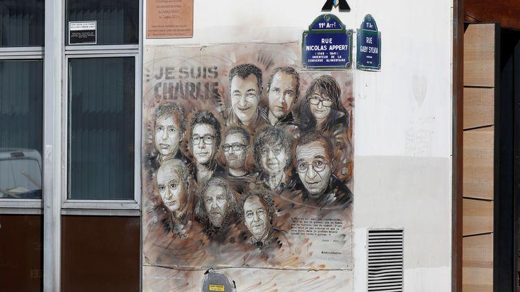 """La fresque de l'artiste urbain C215, peinte sur l'une des façades des locaux de """"Charlie Hebdo"""", le 28 août 2020 à Paris. (CHARLES PLATIAU / REUTERS)"""