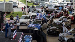 """Face à la pandémie de Covid-19, Joe Biden a préféré les """"drive-in rallies"""" : des meetings où les participants assistent depuis leur voiture au discours du candidat démocrate, une façon de respecter les précautions sanitaires, à Miramar en Floride, le 13 octobre 2020. (JIM WATSON / AFP)"""
