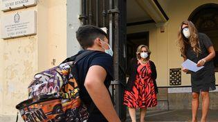 Devant une école romaine en Italie lors de la rentrée scolaire en septembre 2020 (photo d'illustration). (VINCENZO PINTO / AFP)