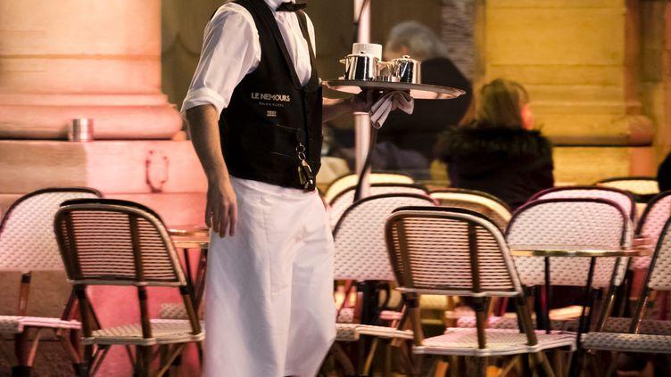 Un serveur dans une brasserie parisienne (illustration). (VINCENT ISORE / MAXPPP)
