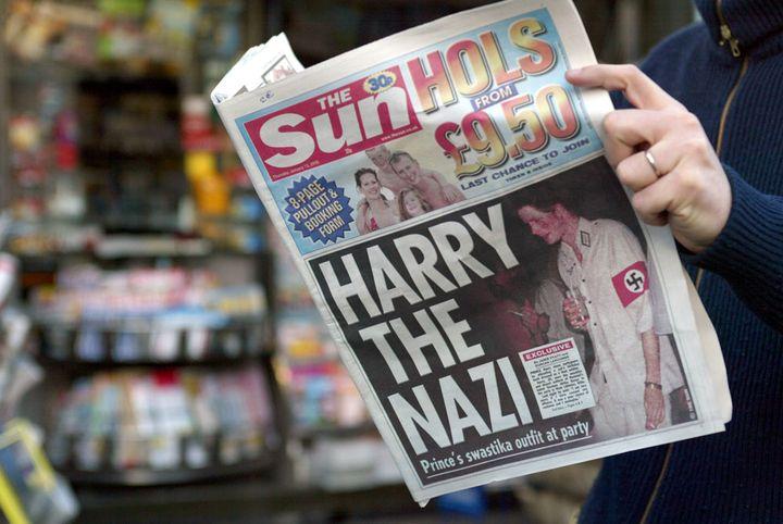 """La une du tabloïd britannique """"The Sun"""" montrant la photo du prince Harry déguisé en nazi, le 13 janvier 2005. (GABRIEL BOUYS / AFP)"""