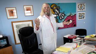 Le professeur Didier Raoult dans son bureau de l'Institut hospitalo-universitaire en maladies infectieuses de Marseille, le 26 février 2020. (GERARD JULIEN / AFP)