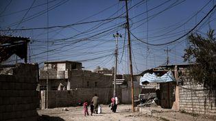 Dans une rue de Mossoul (Irak), le 25 février 2017. (ARIS MESSINIS / AFP)