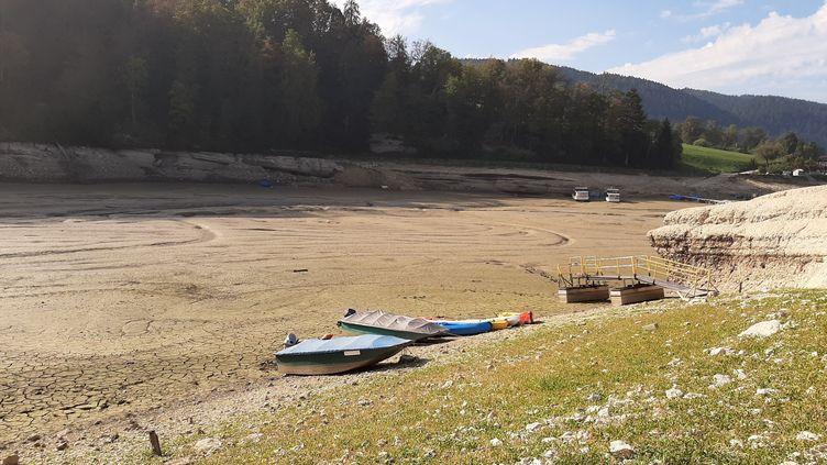 Des embarcations échouées à l'endroit où se situait autrefois le Doubs, à Villers-le-Lac (Doubs). (ALAIN GASTAL / RADIO FRANCE)