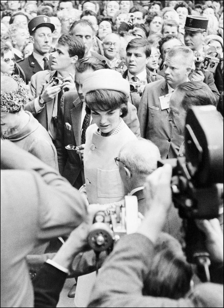 """Jackie Kennedy avec un """"Pillow Box Hat"""" de Halston, à Paris en 1961. (AFP)"""