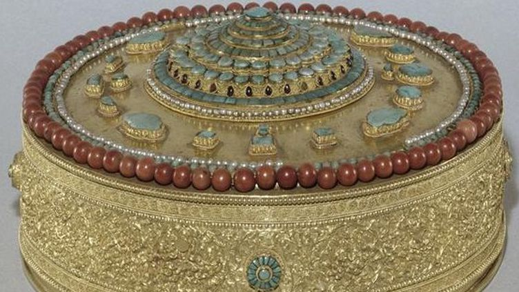 """L'une des pièces dérobées : un """"cosmogramme"""" (représentation cosmographique tibétaine), la rosace centrale symbolisant les étages du Mont Méru Tibet.  (RMN-Grand Palais (Château de Fontainebleau) / Gérard Blot)"""