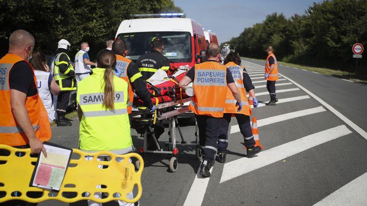 Une personne est évacuée sur un brancard après un accident à Drocourt (Pas-de-Calais), le 22 juillet 2020. (COURBE / MAXPPP)