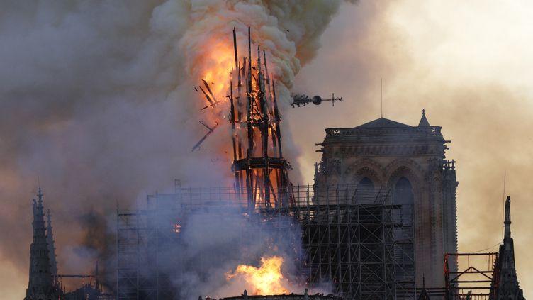 La flèche qui domine la cathédrale Notre-Dame s'effondre, lundi 15 avril 2019. (GEOFFROY VAN DER HASSELT / AFP)