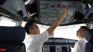 Des pilotes procèdent à des contrôles avant le décollage, le 3 juillet 2014, à Wuxi (Chine). (WANG YU / IMAGINECHINA / AFP)