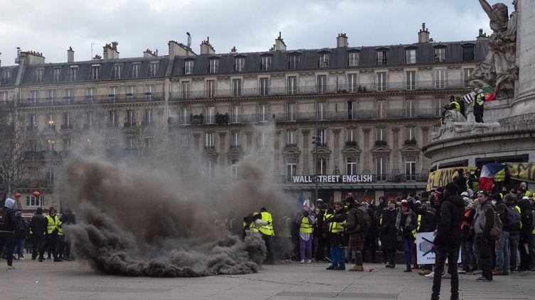 """Des """"gilets jaunes"""" rassemblés place de la République, à Paris, le 2 février 2019, pour protester contre les violences policières lors des manifestations. (VALENTINE ZELER / HANS LUCAS/AFP)"""