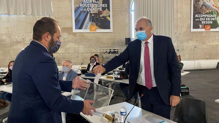 Gilbert Favreau (à droite), élu sénateur en septembre 2020, a dû laisser sa place à la présidence du Conseil départemental des Deux-Sèvres en raison du non-cumul des mandats (NOÉMIE GUILLOTIN / FRANCE BLEU POITOU / RADIO FRANCE)