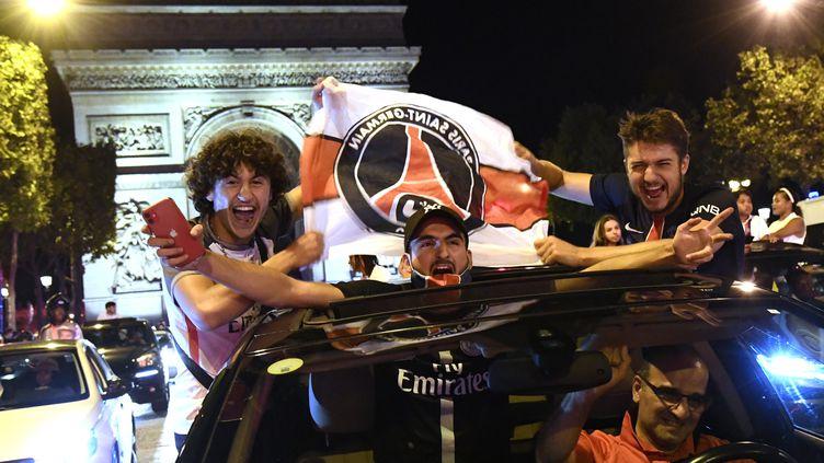 Des supporters du PSGfêtent sur les Champs-Elysées à Paris le 18 août 2020 la qualificationde leur clubenfinale de la Ligue des Champions. (BERTRAND GUAY / AFP)
